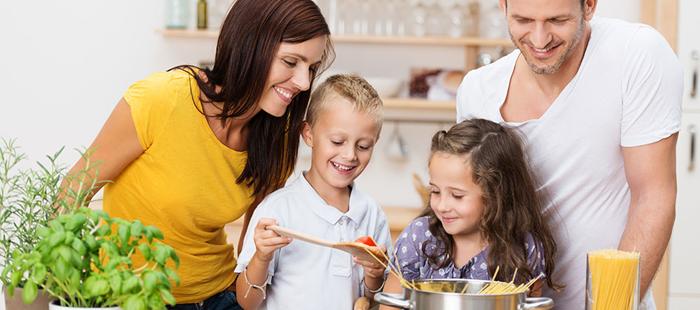 padres cocinando