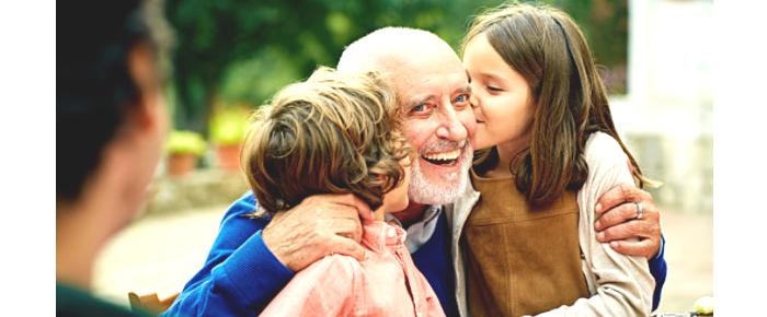 abuelo y niñas