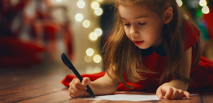niña escribe carta a los reyes magos