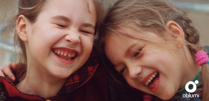 portada niñas riendo.